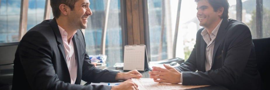 dois homens sentados numa mesa profissionais de direito previdênciário