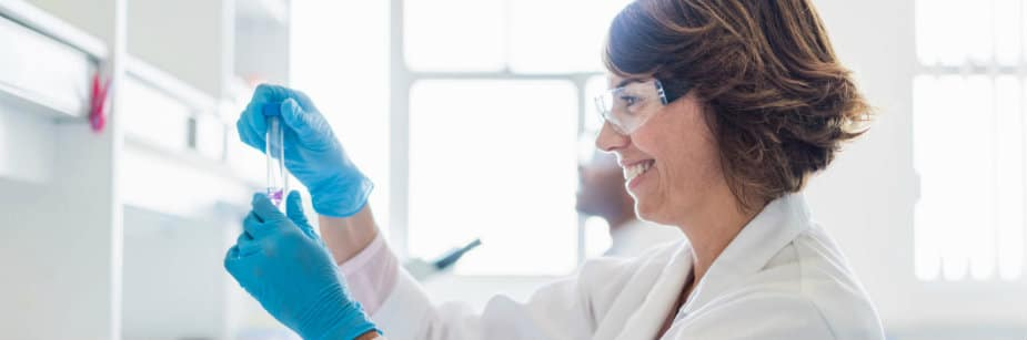 profissional que segue carreira em farmácia em laboratório