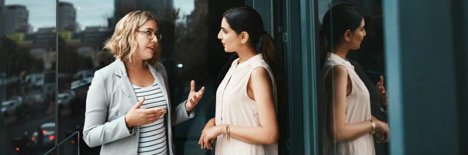 mulheres conversando sobre poder da persuasão